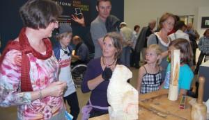 Buntes: Kunsthandwerker stellen im Rheinischen Landesmuseum aus