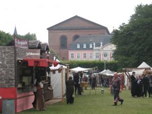 Der Trierer Palastgarten wird zum mittelalterlichen Marktplatz