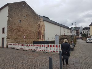 [April, April!] Stadtrat kippt die Karl Marx-Statue in letzter Minute!