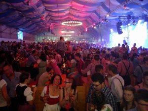Volles Festzelt beim Bungert Oktoberfest in Wittlich