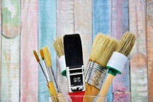Kita-Kinder zeigen Kunst im Ausstellungsflur