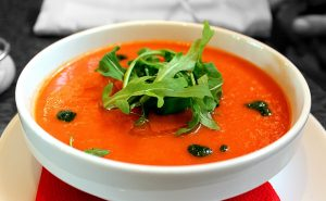 Frische Tomatensuppe mit Petersilientopping